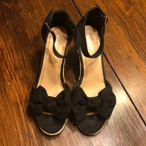Black bow wedges